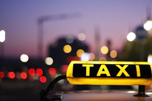 アメリカのタクシーの止め方と乗り方!支払いで使える英語を確認!